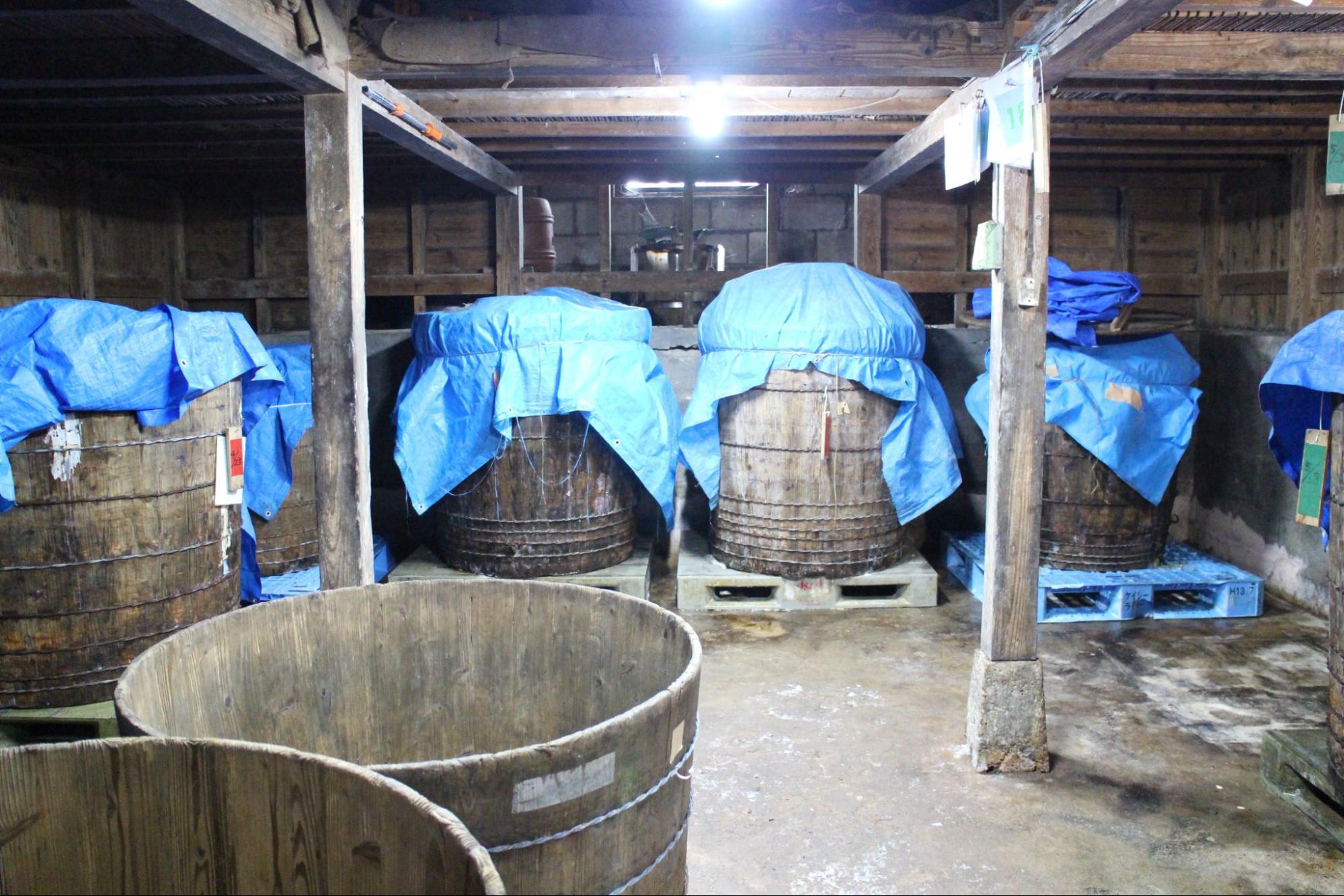 味噌蔵の樽の中で発酵を待つ